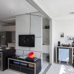 Home theater com rack baixo e moderno com painel almofadados