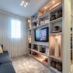 Home theater com nichos para objetos e decorações com iluminação
