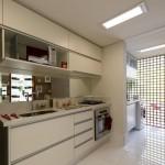 Cozinha fabricada para apartamento com detalhes de puxador perfil