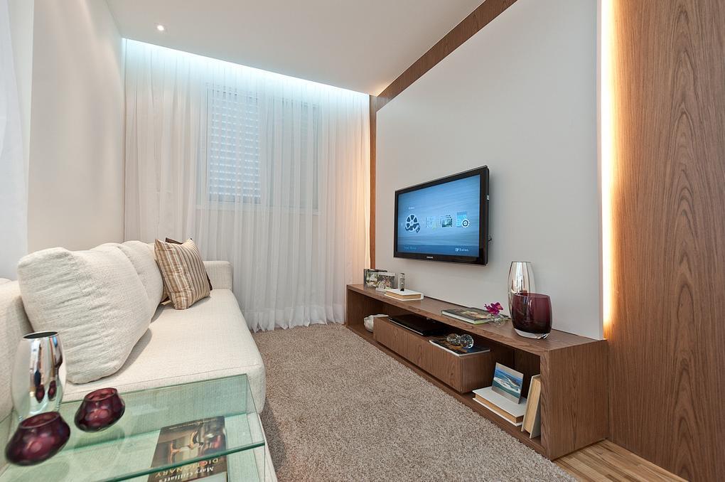 Sala Pequena Com Tv Grande ~  medio, com gavetões e nichos Com painel para Tv com iluminação
