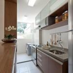 Cozinha americana moderna para apartamento pequeno em tom madeirado escuro