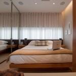 Guarda roupa com porta de correr espelhado, com tablado para cama japonesa