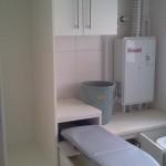 Armario com prateleiras, cesto de roupa suja, tabua de passar embutida e espaço para produtos de limpeza